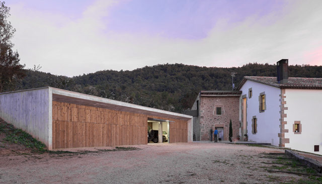 2-Nuevo-edificio-en-la-granja-La-Carrera_20151125065254