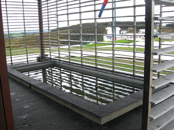 Galería y estanque en la fachada Sur. Foto: Sotavento