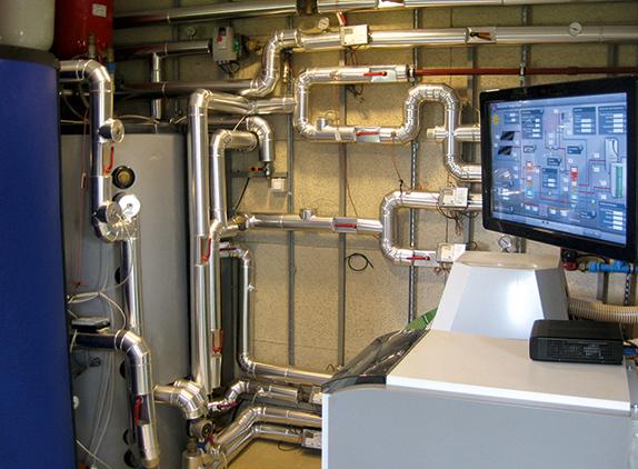 Cuarto térmico con la caldera, acumuladores y sistema de monitorización. Foto: Sotavento